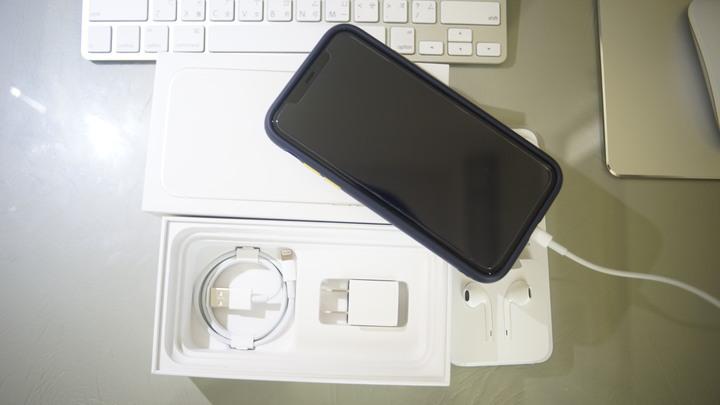 {99%新} iPhone 11 128G white 使用3個月