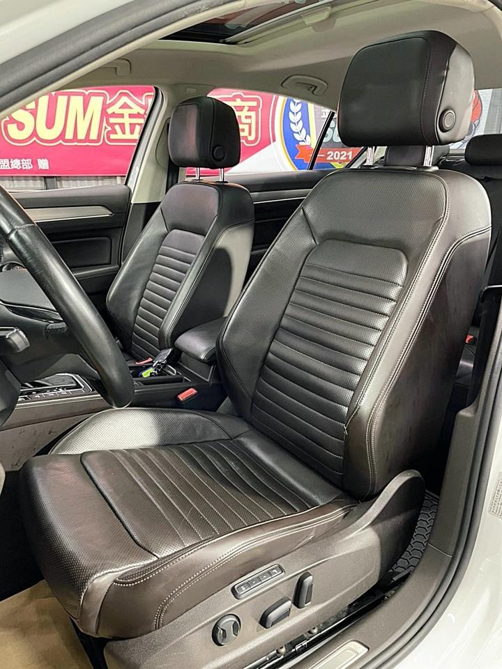 正2016年式 全新大改款 Volkswagen Passat 330 TSI BMT HL 1.8 頂級版 大改款美型LED多光束雷射頭燈 原廠珍珠白搭配深咖啡真皮內裝 原廠Carplay整合行車音