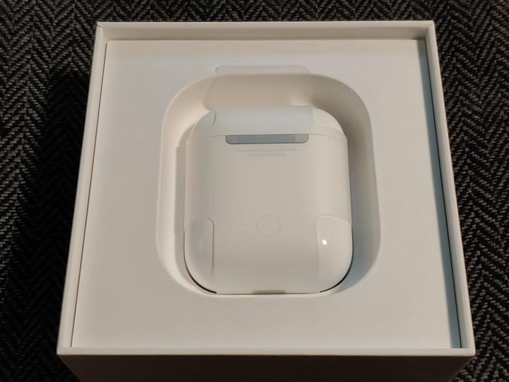 全新 Airpods 充電盒、還有一個用過的。 (自取減一佰)