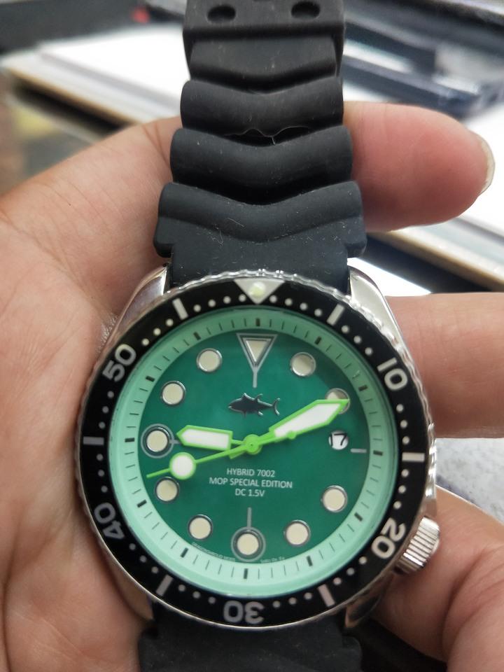 (喜歡可議)Seiko 珍珠貝泛綠潛水石英錶