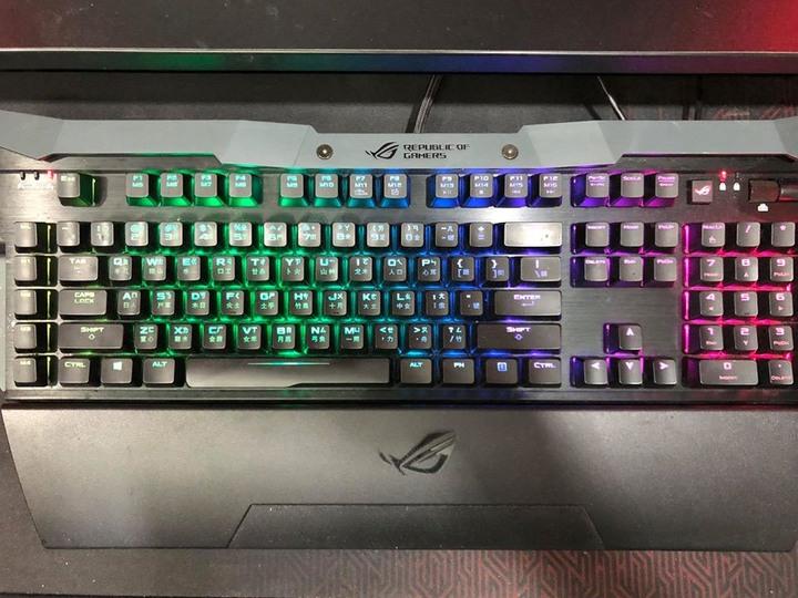1️⃣ASUS 華碩【ROG GK2000 Horus】Cherry MX 紅軸 電競鍵盤 2️⃣ROG Spatha 無線電競滑鼠