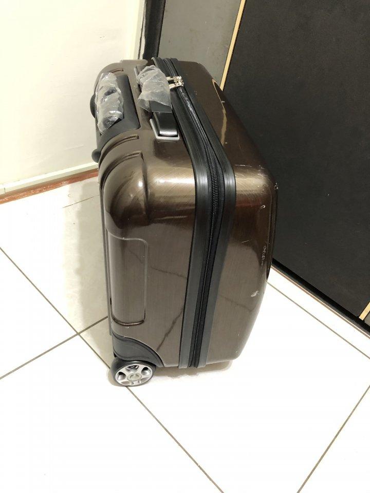 賣9成新香檳金18吋小行李箱登機箱