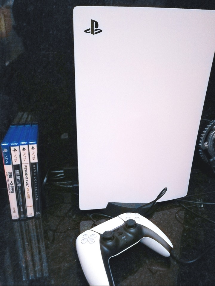 PS5初版公司貨(非新版散熱閹割版) 再送四片遊戲