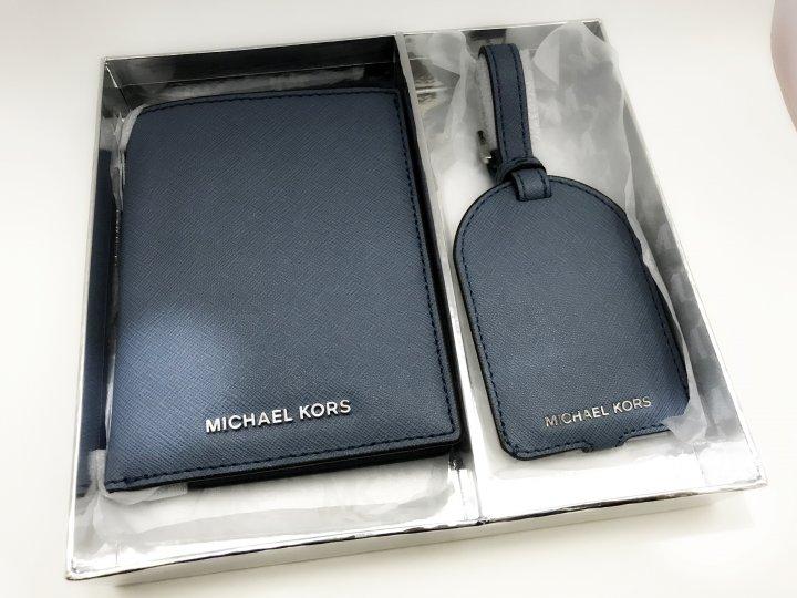 (全新) MICHAEL KORS Jet Set Trav 防刮皮革護照夾+行李吊牌旅行禮盒組_灰藍色