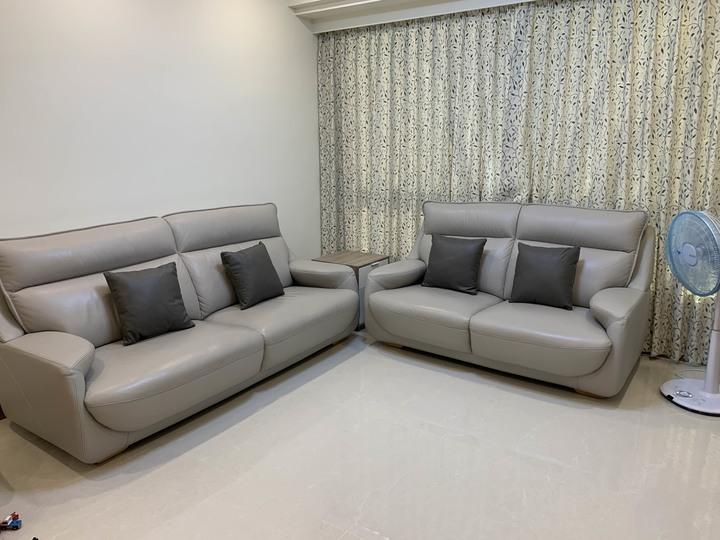 灰色 真皮沙發  三人座 加兩人座 共兩組 四個抱枕 購於 喜悅沙發