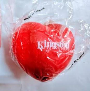 金士頓 Kingston 品牌愛心造型紓壓小物/辦公室療癒小品+手機拭鏡布/吊飾